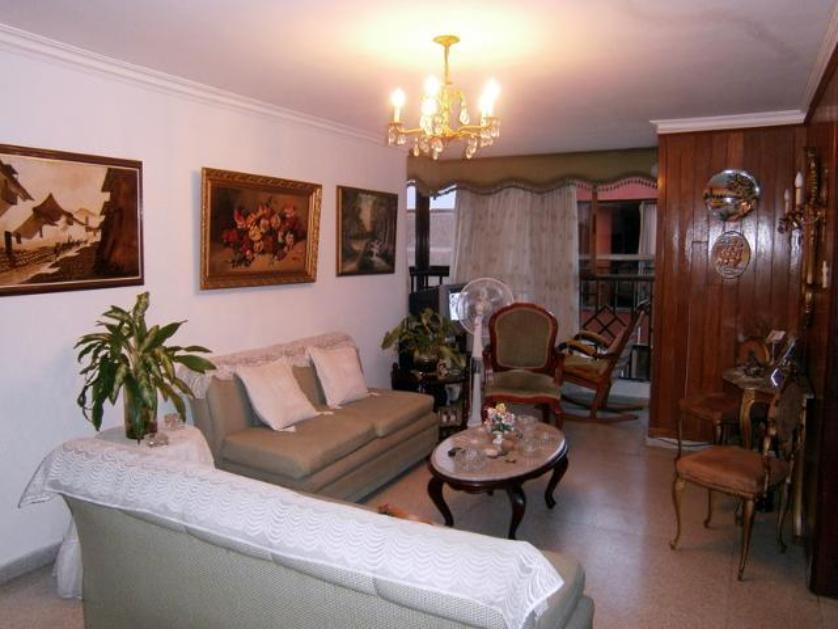Ubicado en el barrio Ciudad Jardin frente parque el Sagrado Coraz�n, cuarto piso sin ascensor, tres alcobas,
